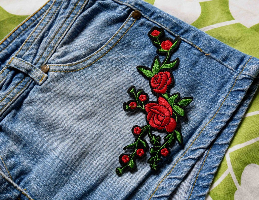 patch rose sur short en jeans