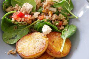 Salade gourmande : polenta grillée, quinoa, feta et petits légumes